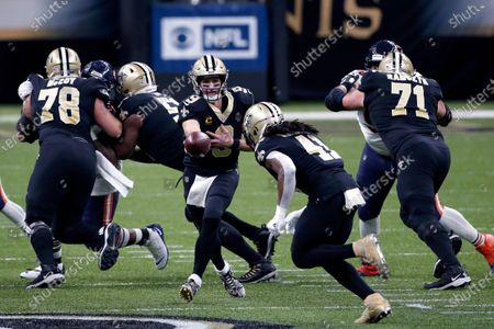 New Orleans Saints quarterback Drew Brees (9) hands off to running back Alvin Kamara (41) in the first half of an NFL wild-card playoff football game against the Chicago Bears in New Orleans