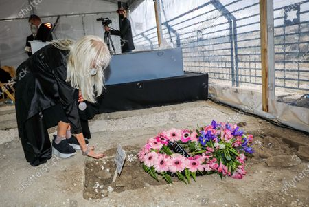 Stock Photo of Miriam Adelson, mourns next to the grave of her husband philanthropist and businessman Sheldon Adelson during his funeral, in Jerusalem, 15 January 2021. Adelson, the billionaire mogul and power broker who built a casino empire spanning from Las Vegas to China and became a singular force in domestic and international politics has died after a long illness, on 11 January 2021 at the age of 87.