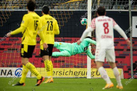 Dortmund's goalkeeper Roman Buerki (rear) concedes the 0-1 goal from Mainz's Levin Oeztunali (R) during the German Bundesliga soccer match between Borussia Dortmund and 1. FSV Mainz 05 at Signal Iduna Park in Dortmund, Germany, 16 January 2021.