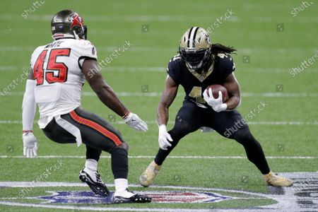 New Orleans Saints running back Alvin Kamara (41) runs against Tampa Bay Buccaneers inside linebacker Devin White (45) during the first half of an NFL divisional round playoff football game, in New Orleans