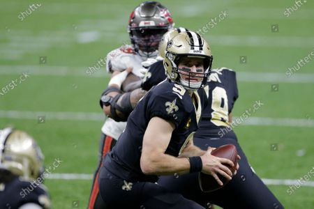 New Orleans Saints quarterback Drew Brees (9) works against the Tampa Bay Buccaneers during the first half of an NFL divisional round playoff football game, in New Orleans