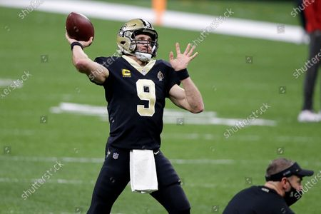 New Orleans Saints quarterback Drew Brees (9) warms up before the first half of an NFL divisional round playoff football game against the Tampa Bay Buccaneers, in New Orleans