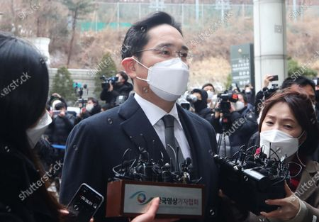 Samsung Electronics Co. Vice Chairman Lee Jae-yong is mum after arriving at the Seoul High Court in Seoul, South Korea, 18 January 2021, to attend a sentencing hearing over his bribery scandal. In August 2019, the Supreme Court ordered the appellate court to review its suspended jail sentence for Lee over bribing a confidante of jailed President Park Geun-hye.