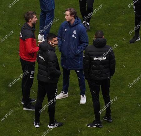 Torwart Kevin Trapp (Frankfurt) begrüßt Torwart Fredrik Rönnow (Schalke), Andre Silva (Frankfurt), Djibril Sow (Frankfurt)