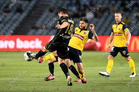 Graham Dorrans of Western Sydney Wanderers clears the ball; Central Coast Stadium, Gosford, New South Wales, Australia; A League Football, Central Coast Mariners versus Western Sydney Wanderers.