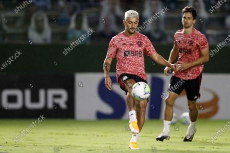 Giorgian De Arrascaeta of Flamengo warms up before the match