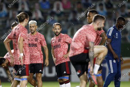 Giorgian De Arrascaeta and Everton Ribeiro of Flamengo warm up before the match