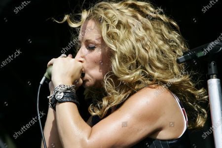 Heidi Newfield perform live in concert during Country Throwdown at the First Midwest Bank Amphitheatre in Tinley Park, Illinois