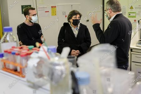 The candidate for the 2021 presidential elections Ana Gomes (C) during a visit to the Medical School of the University of Minho in Braga, Portugal, 20 January 2021. The presidential elections will take place on 24 January 2021.