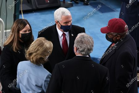 WASHINGTON, DC - JANUARY 20: Vice President Mike Pence and Karen Pence greet former President George W. Bush and Laura Bush at the inauguration of U.S. President-elect Joe Biden on the West Front of the U.S. Capitol in Washington, DC. During today's inauguration ceremony Joe Biden becomes the 46th president of the United States. (Photo by Tasos Katopodis/Getty Images)