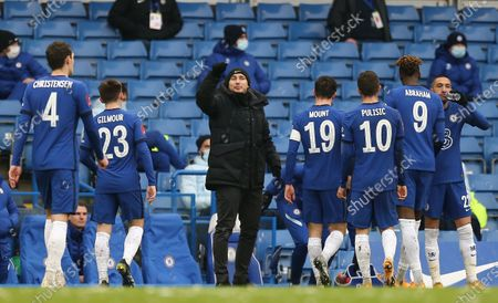 Frank Lampard manager of Chelsea instructs players