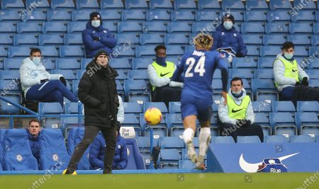 Frank Lampard manager of Chelsea looks on while Reece James of Chelsea  chasses the ball