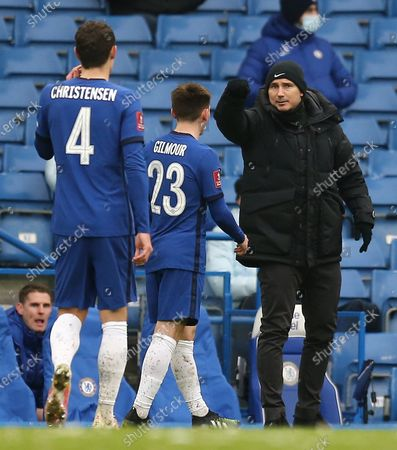 Frank Lampard manager of Chelsea sends instructions