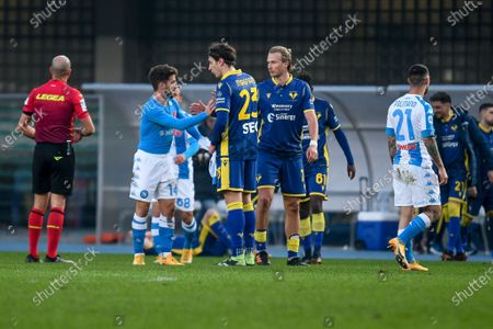 Greetings between Giangiacomo Magnani and Antonin Barak (Hellas Verona) with Dries Mertens (Napoli) at the end of the match