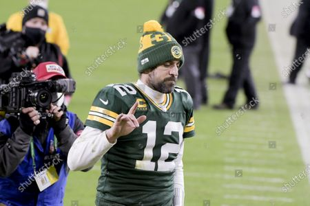 With his head down, Green Bay Packers quarterback Aaron Rodgers (12) acknowledges the fans as he walks off the field after loosing the NFC Championship game