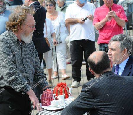 A prospective Labour voter with  South Dorset MP and Employment Minister Jim Knight (2nd l) with Gordon Brown having tea on Weymouth Quay