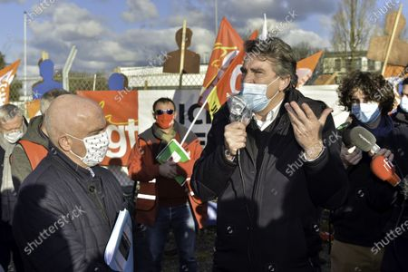 Arnaud Montebourd Nokia Lannion 25th of january 2021    Arnaud Montebourg, but also Marc Le Fur, deputy LR, Gerard Lahellec, communist senator and Daniel Cueff, mayor of Langouet, are in Lannion (Cotes-d Armor) this Monday, January 25, 2021 where they meet the employees and union representatives. Since the announcement of a vast social plan in France, Nokia employees in Lannion have mobilized. Even if the number of job cuts has been revised downwards from 402 to 239. Arnaud Montebourg, mais aussi Marc Le Fur, depute LR, Gerard Lahellec, senateur communiste et Daniel Cueff, maire de Langouet, sont a Lannion (Cotes-d Armor) ce lundi 25 janvier 2021 ou ils rencontrent les salaries et les representants syndicaux. Depuis l annonce d un vaste plan social en France, les salaries de Nokia a Lannion se sont mobilises. Meme si le nombre de suppressions de postes a ete revu a la baisse, passant de 402 a 239.