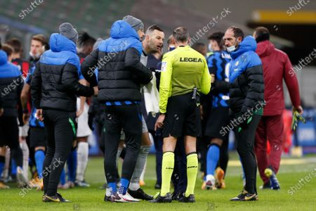Samir Handanovic (FC Internazionale) protesting with the referee for not showing Zlatan Ibrahimovic (AC Milan) a red card after the verbal dispute with Romelu Lukaku (FC Internazionale)