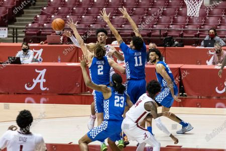 Alabama guard Jaden Shackelford (5) passes away from a double-team from Kentucky guards Devin Askew (2) and Dontaie Allen (11) during the second half of an NCAA college basketball game, in Tuscaloosa, Ala