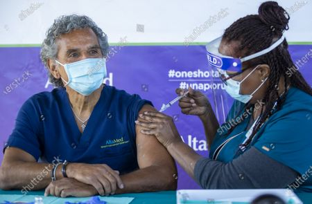 Darlene Dickens-Jeffers, right, senior manager of infection prevention at AltaMed Health Services, gives a Moderna COVID-19 vaccination to former Los Angeles Mayor Antonio Villaraigosa, who wants to send a message to encourage other seniors to get their vaccination shots at AltaMed Health Services Medical and Dental Group in Anaheim Thursday, Jan. 28, 2021. (Allen J. Schaben / Los Angeles Times)