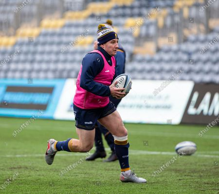 Duncan Weir of Worcester Warriors running with a ball during the warm up; Sixways Stadium, Worcester, Worcestershire, England; Premiership Rugby, Worcester Warriors versus Exeter Chiefs.