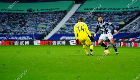 Robert Snodgrass of West Bromwich Albion takes on Bobby De Cordova Reid of Fulham