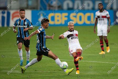 Rodrigues of Gremio tries to block the shot from Giorgian De Arrascaeta of Flamengo