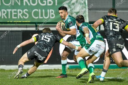 Leonardo Sarto (Benetton Treviso) runs to score a try tackled by Mike Haley (Munster)