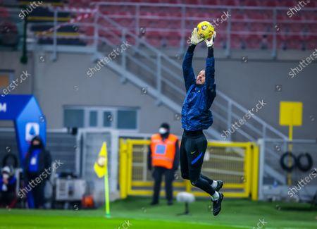 Samir Handanovic of FC Internazionale warms up