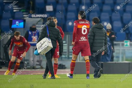 Chris Smalling of AS Roma leaves the field after being injured during the Italian Serie A football match between AS Roma and Hellas Verona FC at Olimpico Stadium in Rome, Italy on January 31, 2021. AS Roma won the match 3-1.
