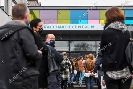 Visit of Flemish minister Bart Somers to the first dry run in a Flemish vaccination center . Today the test run starts at the De Kimpel vaccination center in Bilzen. Together with fifty volunteers and extras, a so-called dry run is organized to see where there are still problems. Among other things, the flow of visitors is examined. The Flemish scripts will be adjusted on the basis of the test runs in various vaccination centers.
