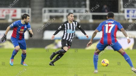 Miguel Almiron of Newcastle United breaks past Luka Milivojevic and Nathaniel Clyne of Crystal Palace; St James Park, Newcastle, Tyne and Wear, England; English Premier League Football, Newcastle United versus Crystal Palace.