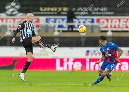Jonjo Shelvey of Newcastle United wins the ball from Nathaniel Clyne of Crystal Palace; St James Park, Newcastle, Tyne and Wear, England; English Premier League Football, Newcastle United versus Crystal Palace.