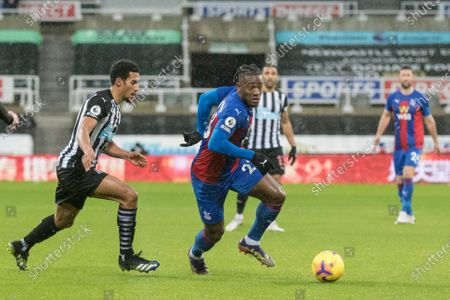 Michy Batshuayi of Crystal Palace shields the ball from Isaac Hayden of Newcastle United; St James Park, Newcastle, Tyne and Wear, England; English Premier League Football, Newcastle United versus Crystal Palace.