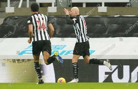 Newcastle United's Jonjo Shelvey (R) celebrates scoring the 1-0 goal during the English Premier League soccer match between Newcastle United and Crystal Palace in Newcastle, Britain, 02 February 2021.