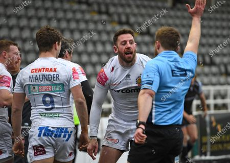 Alex Cuthbert of Exeter Chiefs celebrates scoring his try