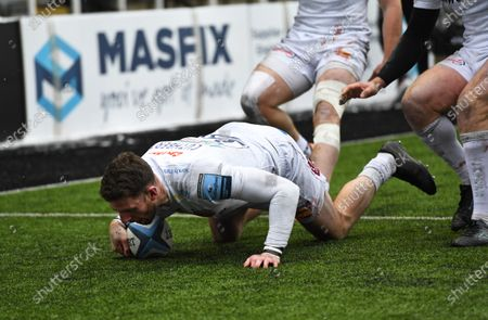 Alex Cuthbert of Exeter Chiefs scores his try