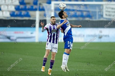 Shon Zalman Weissman of Real Valladolid C.F duels for the ball with Manuel Alejandro Garcia of Deportivo Alaves during the La Liga match between Deportivo Alaves and Real Valladolid at Mendizorrotza stadium on February 05, 2021 in Vitoria-Gazteiz, Spain.