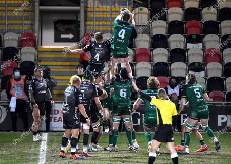 Dragons vs Connacht. Connacht's Niall Murray and Ben Carter of Dragons in a line-out