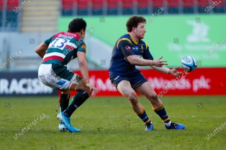 Stock Photo of Duncan Weir of Worcester Warriors moves the ball wide; Mattoli Woods Welford Road Stadium, Leicester, Midlands, England; Premiership Rugby, Leicester Tigers versus Worcester Warriors.