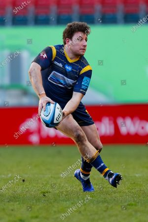 Duncan Weir of Worcester Warriors passes the ball; Mattoli Woods Welford Road Stadium, Leicester, Midlands, England; Premiership Rugby, Leicester Tigers versus Worcester Warriors.