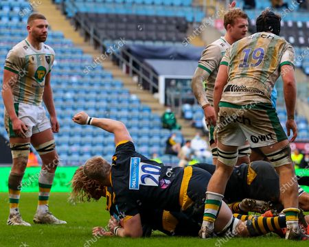 Ben Morris of Wasps celebrates as Tommy Taylor of Wasps touches down to score a try