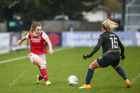 Lisa Evans (#17 Arsenal) and Lauren Hemp (#15 Manchester City) battle for the ball (duel)