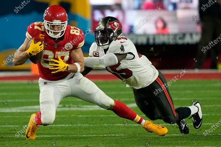 Kansas City Chiefs tight end Travis Kelce catches a pass against Tampa Bay Buccaneers inside linebacker Lavonte David during the first half of the NFL Super Bowl 55 football game, in Tampa, Fla
