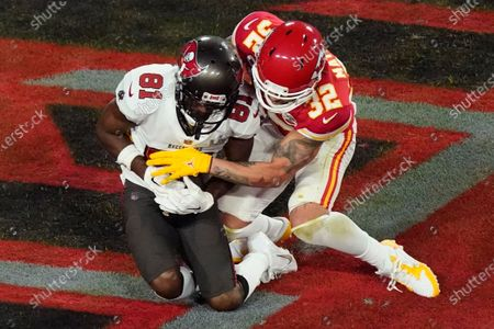 Tampa Bay Buccaneers' Antonio Brown (81) makes a touchdown reception against Kansas City Chiefs' Tyrann Mathieu (32) during the first half of the NFL Super Bowl 55 football game, in Tampa, Fla