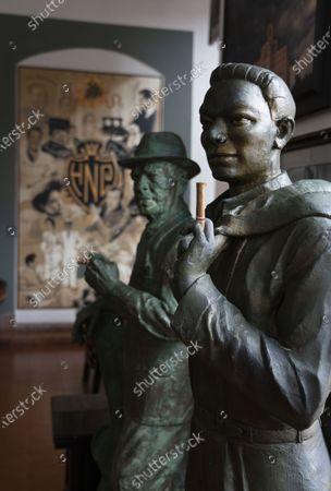 Hotel National de Cuba,Havana: statue of Nat King Cole with the Cuban musician 'Compay Segundo' Maximo Repilado Telles