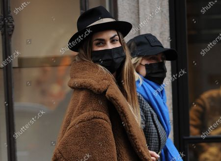 """Melissa Satta celebrates birthday with friends then gives herself a bracelet Melissa Satta, wife now separated from Kevin Boateng, former Eintracht footballer Frankfurt, Milan, Las Palmas, Barcelona, Sassuolo, Fiorentina now at Monza, she turned 35 on Sunday, and today she wanted celebrate her birthday with her friends. He invited Bianca Brandolini, Alessandra Grillo, Federica Fontana and 2 others to lunch at """"Bacaro"""", a restaurant in via Montenapoleone. After more than 2 hours they all go out together, and after their goodbyes Melissa Satta is accompanied by a friend from """"Cartier"""", the prestigious jewelery shop in via Montenapoleone to treat herself to a splendid and very expensive gold bracelet. At the exit, she greets her friend and walks alone to her car parked nearby to go home happy."""