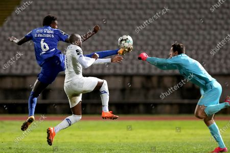 Nanu of FC Porto (C ) fights for the ball with Belenenses SAD's goalkeeper Stanislav Kritciuk (R ) and Bruno Ramires during the Portuguese League football match between Belenenses SAD and FC Porto at Jamor stadium in Oeiras, Portugal on February 4, 2021. (Photo by Pedro Fiúza/NurPhoto)