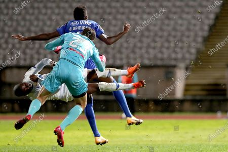 Nanu of FC Porto (L ) fights for the ball with Belenenses SAD's goalkeeper Stanislav Kritciuk (R ) and Bruno Ramires during the Portuguese League football match between Belenenses SAD and FC Porto at Jamor stadium in Oeiras, Portugal on February 4, 2021. (Photo by Pedro Fiúza/NurPhoto)
