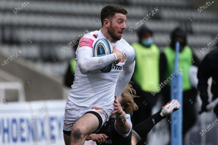 Alex Cuthbert of Exeter Chiefs breaks through to score  during the Gallagher Premiership match between Newcastle Falcons and Exeter Chiefs at Kingston Park, Newcastle on Sunday 7th February 2021.  (Photo by Chris Lishman/MI News/NurPhoto)